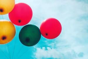 schematherapie-kindheit-luftballons-bunt