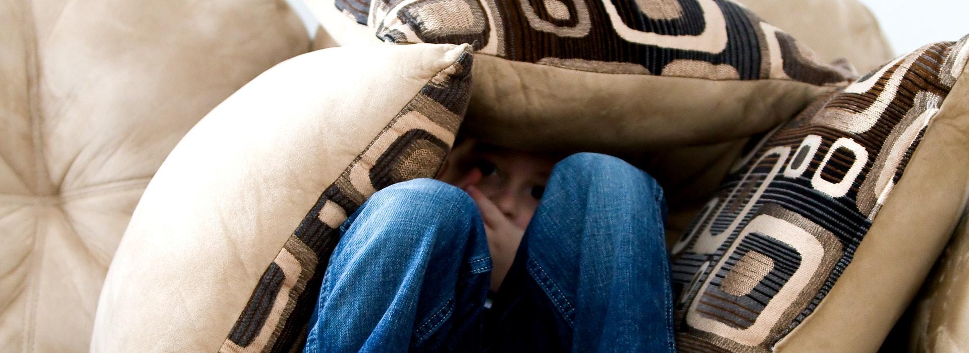 Angst-Panik-verstecken-Sofa